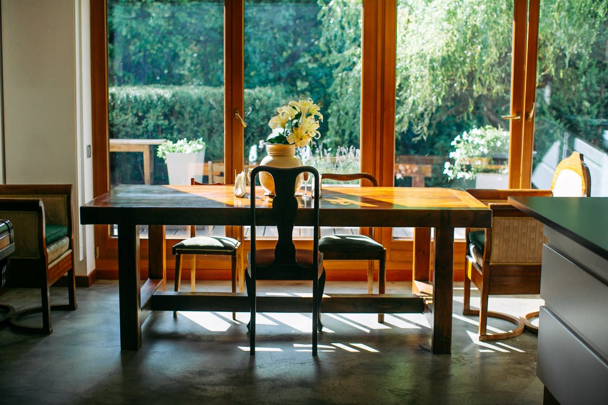 stół w kuchni, naturalne światrło