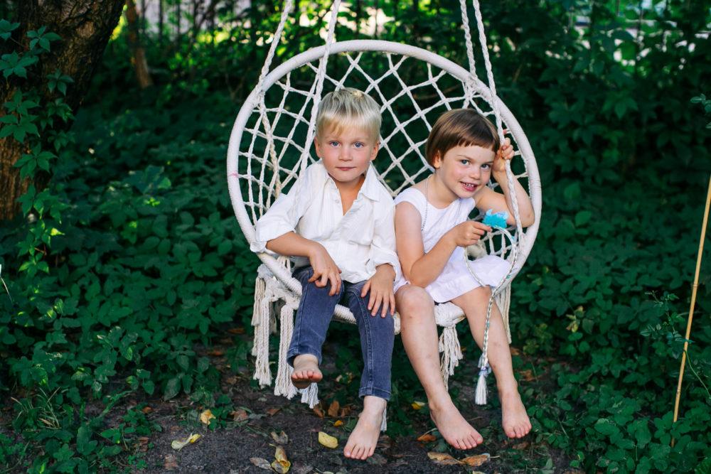 sesja rodzinna rodzeństwo w ogrodzie na huśtawce