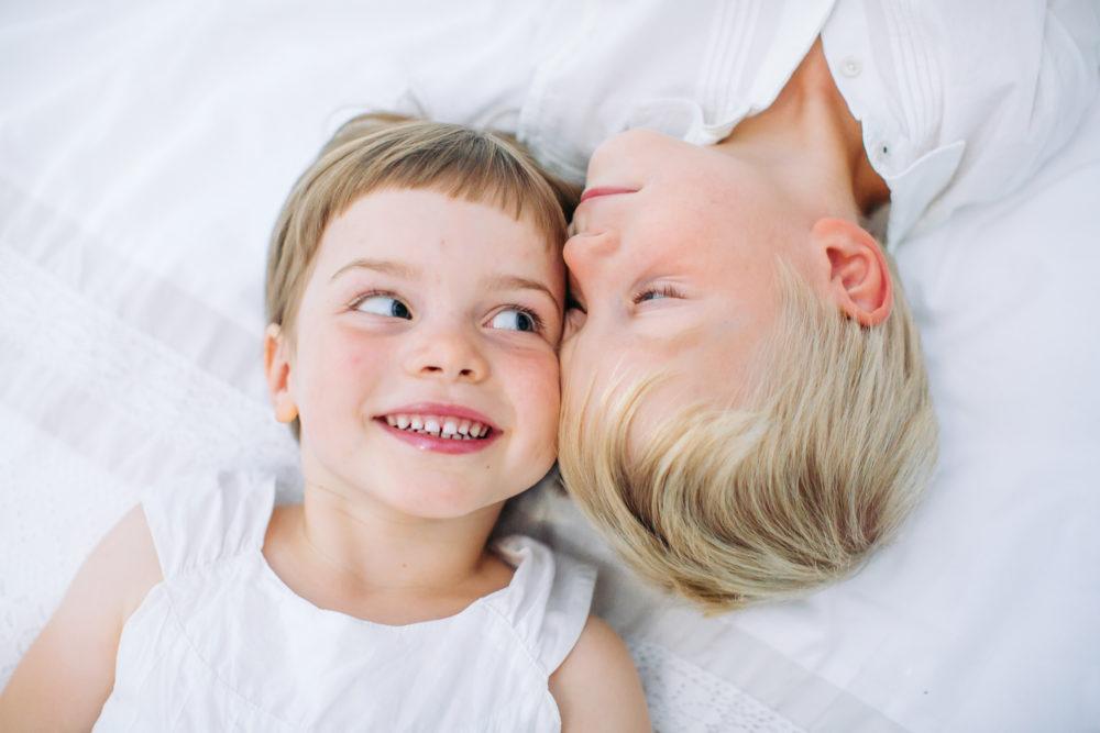 rodzeństwo na białym tle sesja fotograficzna