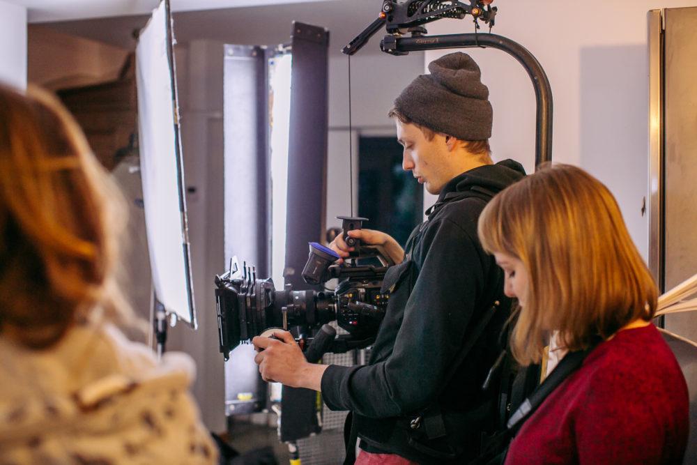 ekipa filmowa podczas pracy w studio