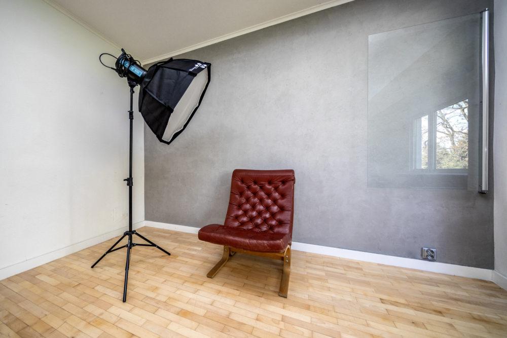 plan fotograficzny z surową szarą ścianą