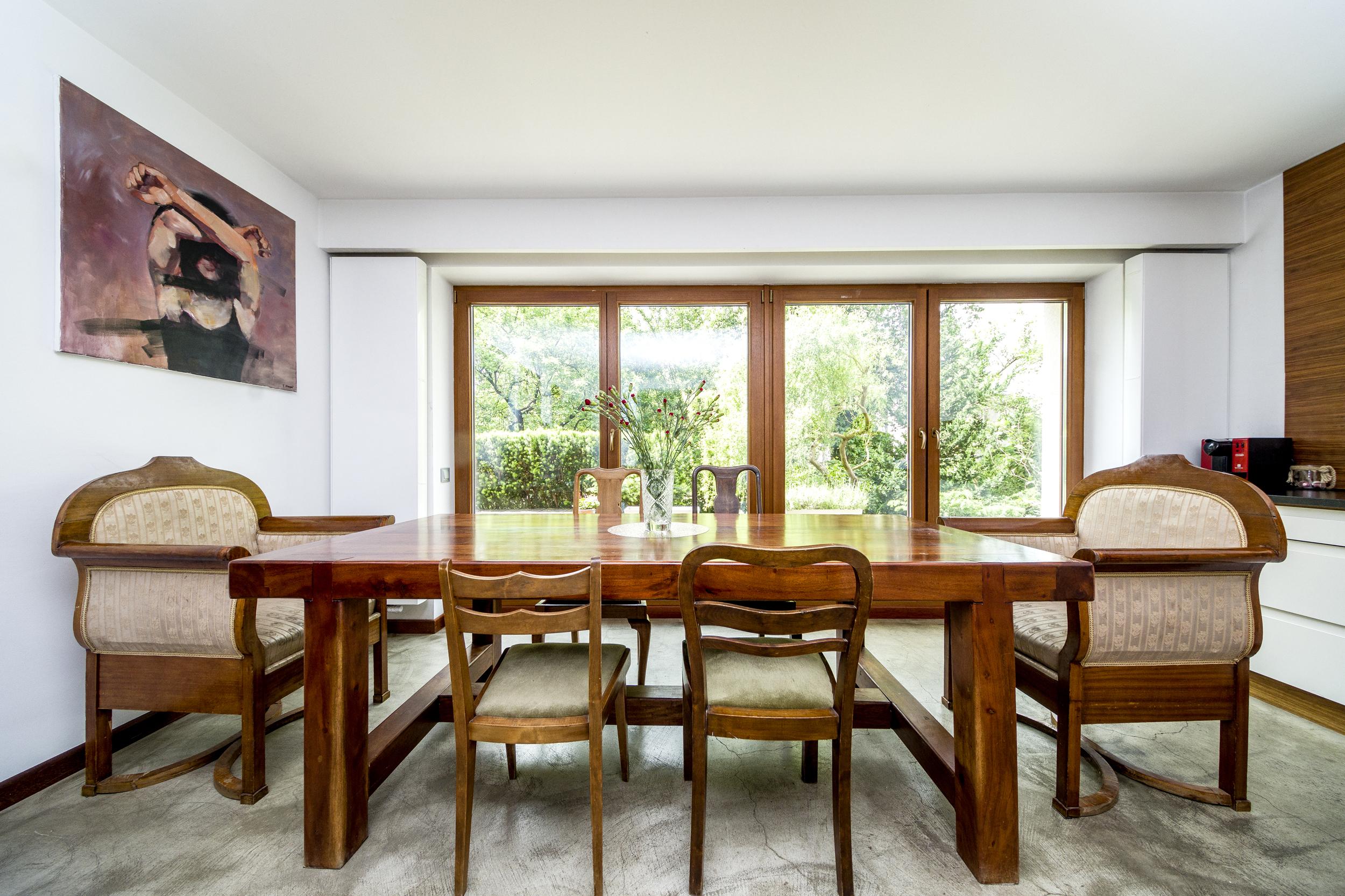 plan fotograficzny kuchnia z dużym stołem reetro