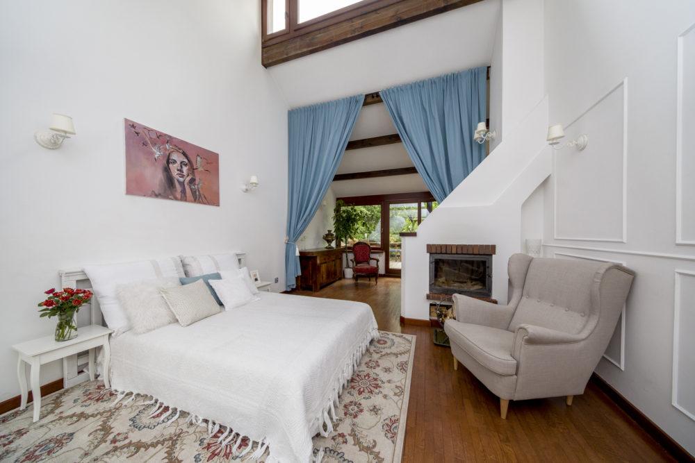 Plan fotograficzny salon z łóżkiem i kominkiem