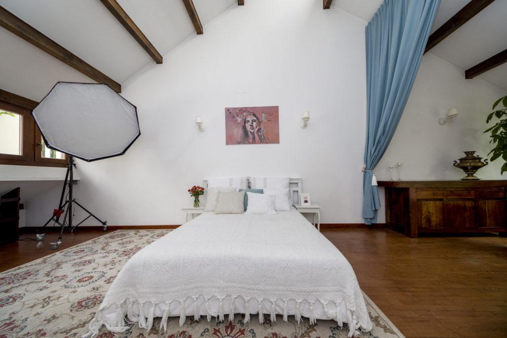 Plan fotograficzny salon z łóżkiem
