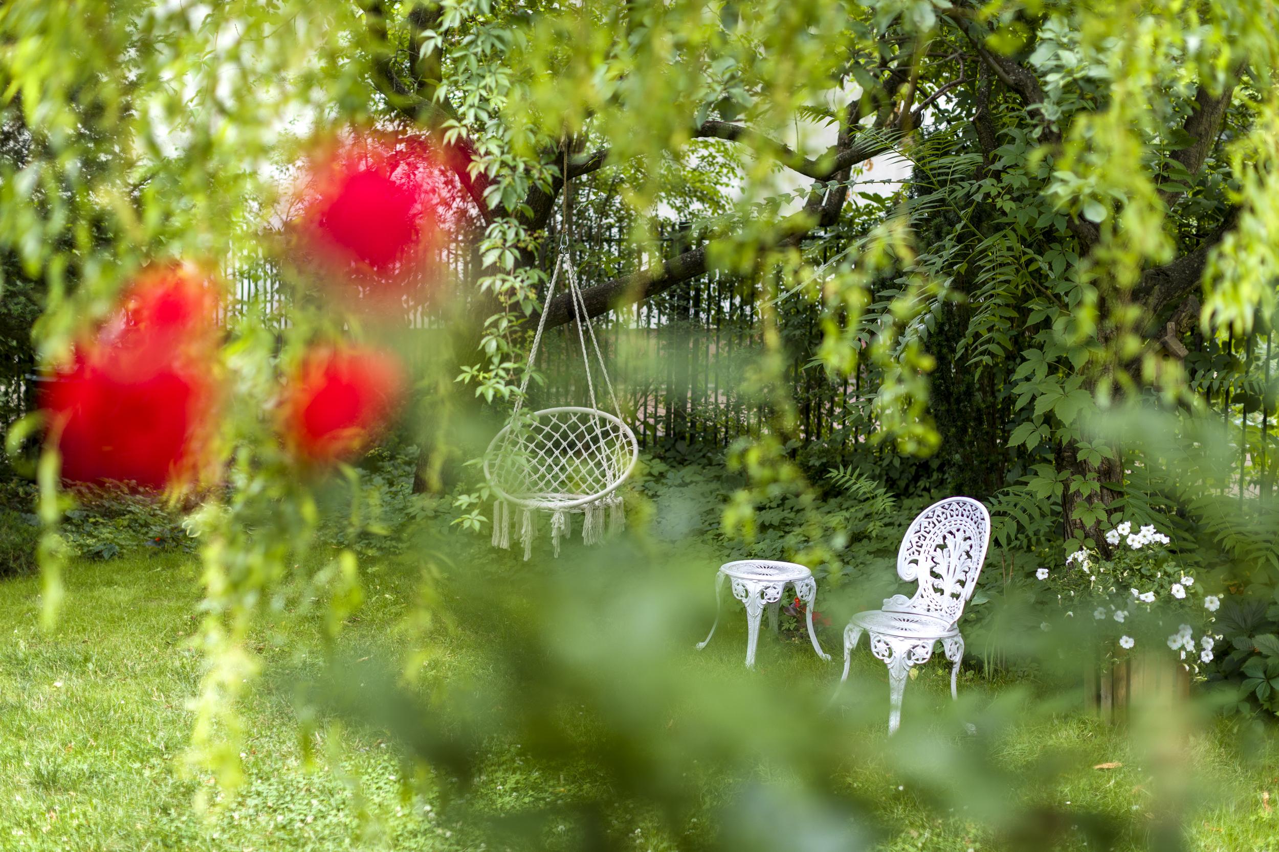ogród, plener fotograficzny, zieleń, natura, drzewa, sesja zdjęciowa boho, taras, meble tarasowe, ogrodowa, kwiaty