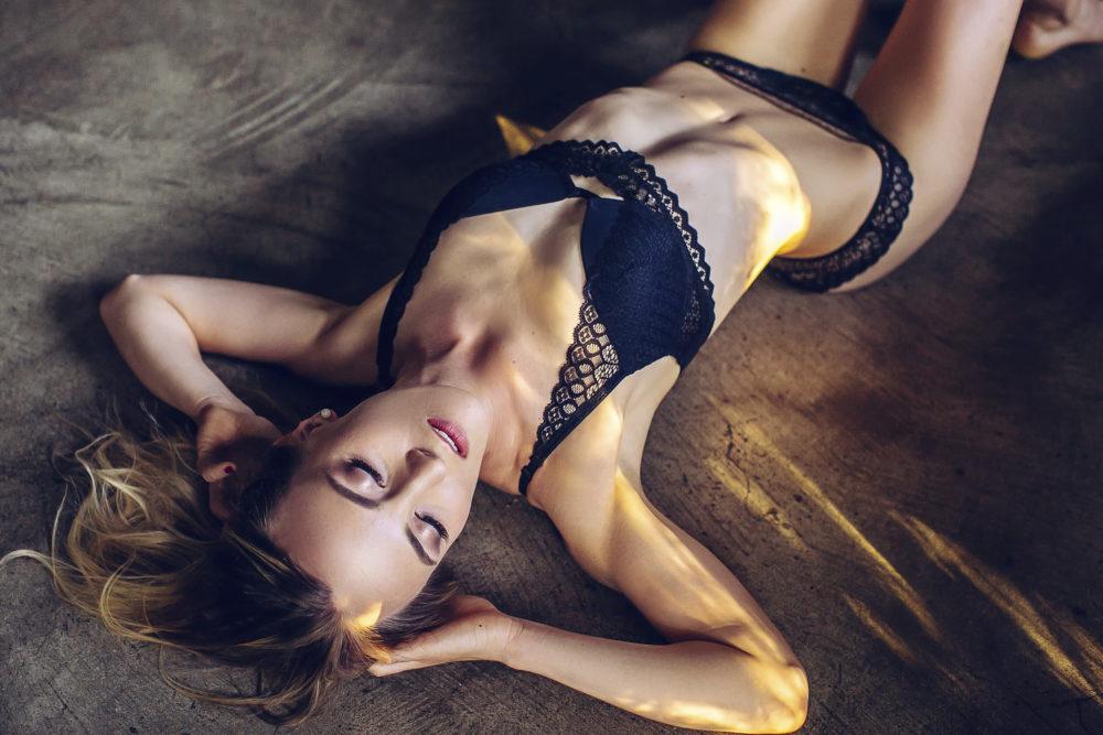 sesja kobieca, kobieta, dziewczyna, studio fotograficzne, fotografia zmysłowa, zdjęcia sensualne, piękno